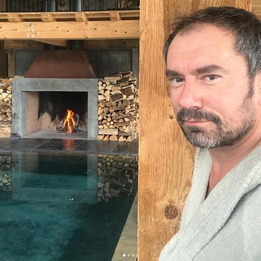 Emanuele Ridi poodhalil luxusní interiér stylového horského hotelu, kde v tyto dny s Lucií dlí.