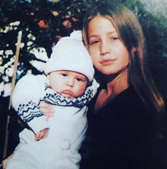 Agáta jako malá holka se svým bratrem Vincentem