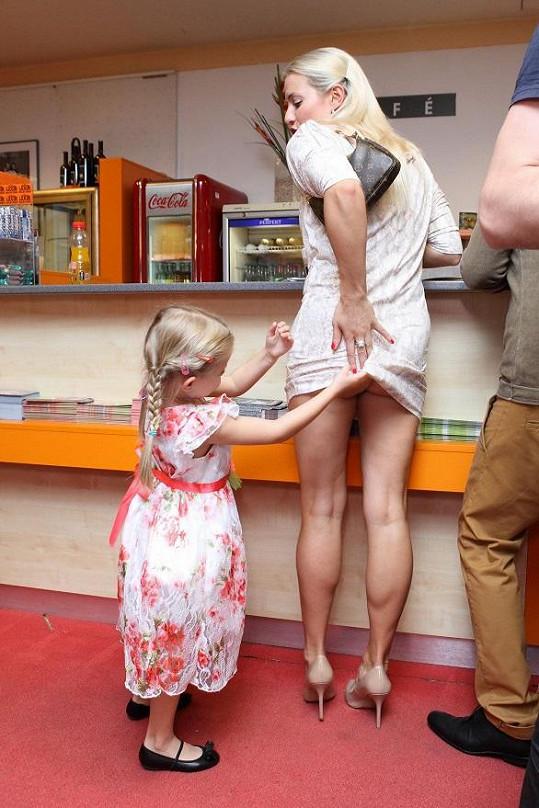 Všetečná Emilka vyhrnula mamince šaty.