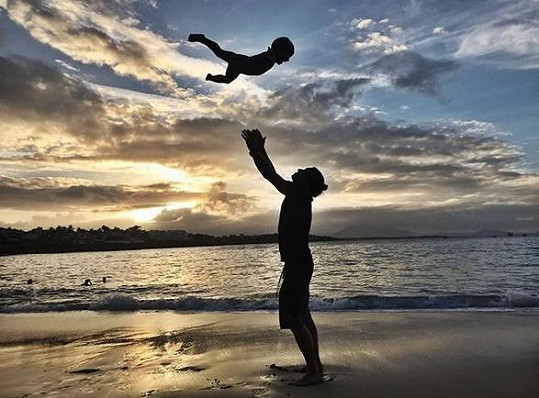 Tomáš Klus je coby trojnásobný otec šťastný jako blecha.