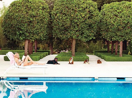 Petra a její idylka u bazénu s jejími psy.