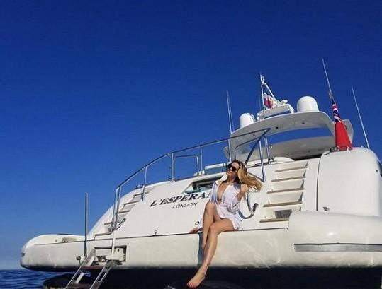 Modelka relaxuje na jihu Francie.