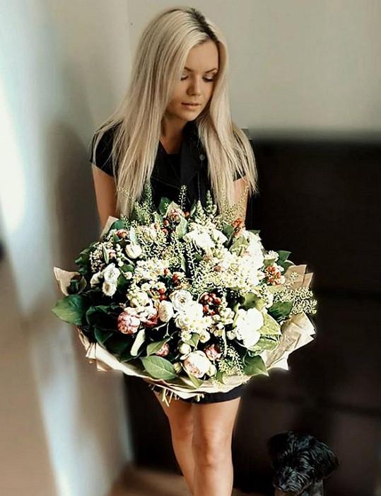 K prvnímu výročí dostala velkou květinu.