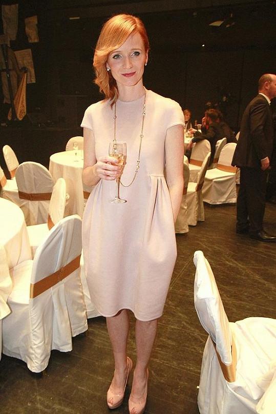 Aňa Geislerová si vzala volné šaty.