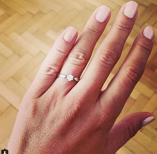 Navlékl jí tento krásný prstýnek.