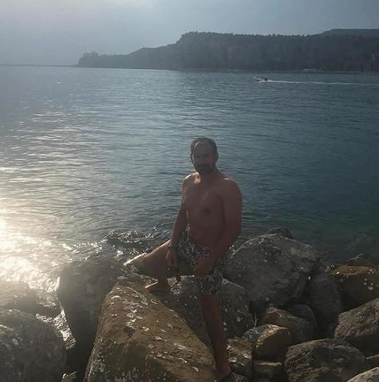 Emanuele Ridi pózoval v plavkách.