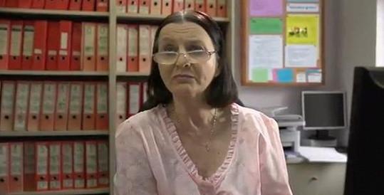 Herečka Zdena Przebindová je v roli přísné úřednice dokonalá.