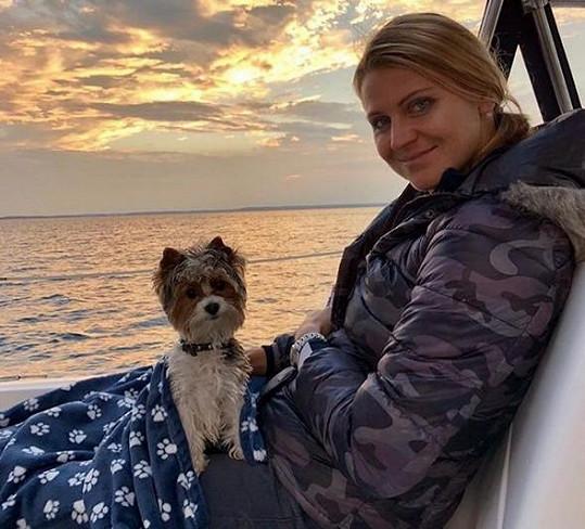 Lucie Šafářová se svým psím miláčkem