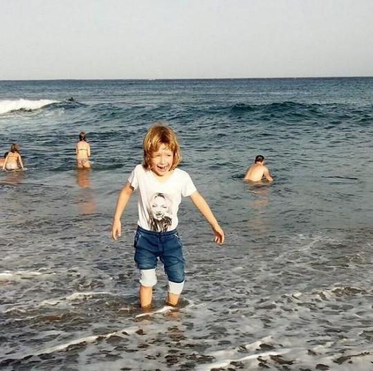 Na Lanzarote je s celou rodinkou. Na snímku dovádí v moři starší syn Max.