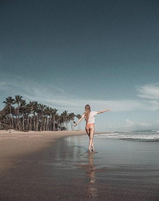 Do exotiky odjela surfovat.