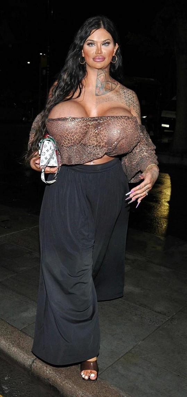 Do klubu tak napřed vchází prsa a až pak brunetka.