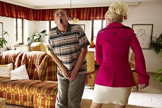 Manželka v podání Veroniky Žilkové mu přidá kopanec do rozkroku.