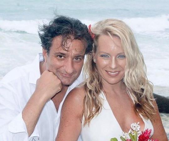 Na svatební fotografii s manželem