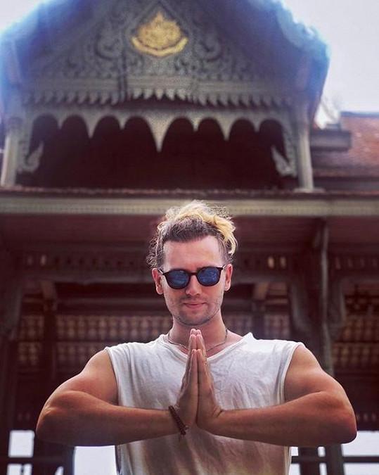 Zpěvák si užívá na dovolené v Thajsku.