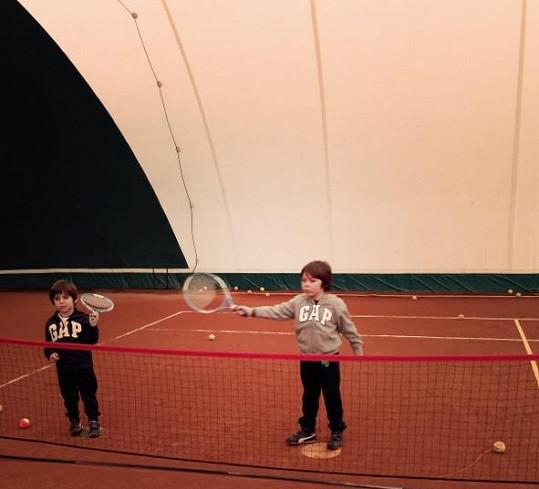 Synové Aleny Šeredové na své první hodině tenisu.
