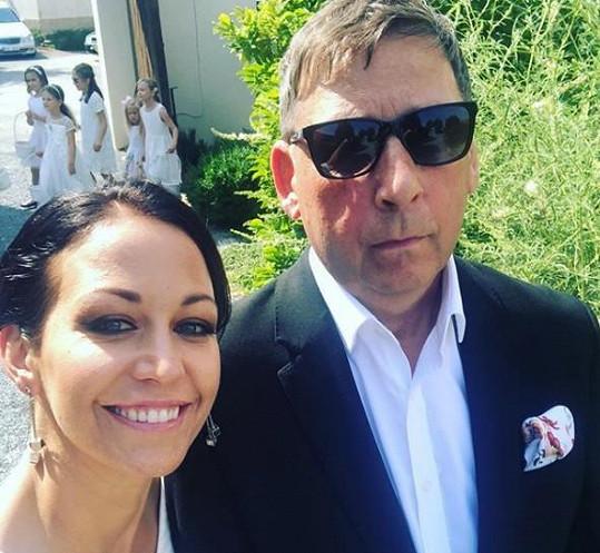 Agáta Prachařová s tatínkem Jiřím Hanychem, který se potřetí ženil.