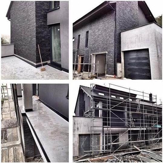 Takto vypadal dům v Tuchoměřicích ještě před třemi měsíci.