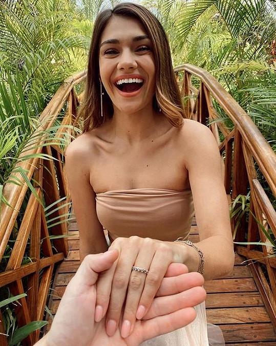 Modelka dala na odiv své nehty a prstýnek.