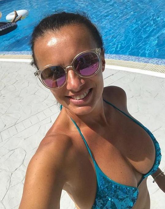 Alice si užívala na dovolené i u bazénu.
