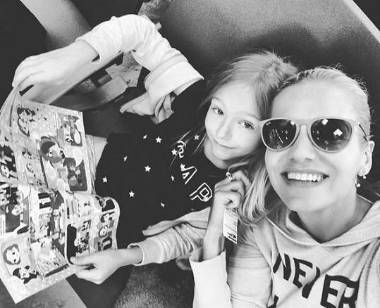 Krutá zpráva zastihla zpěvačku na dovolené s dcerkou.