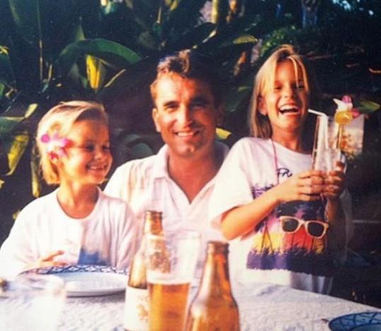 Patricie Solaříková při příležitosti Dne otců sdílela fotku s tatínkem a starší sestrou Lindou.