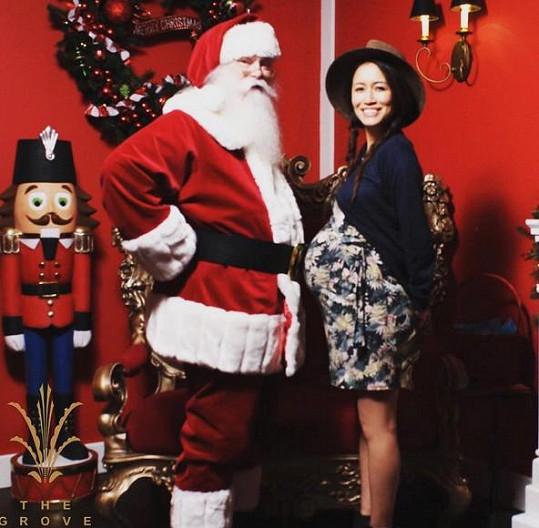Mara Lane si porovnala bříško se Santa Clausem.