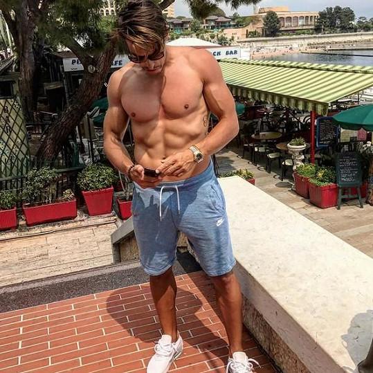 Michal Hrdlička ukázal své vypracované tělo. Na boku má nové tetování.