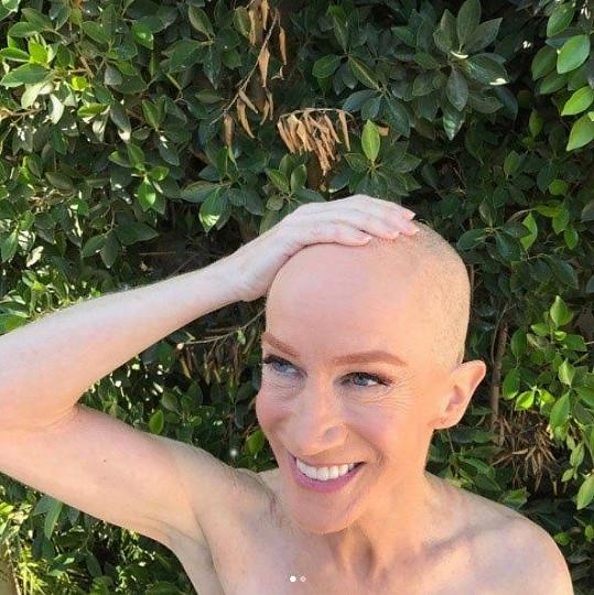Kathy Griffin si na podporu sestry bojující s rakovinou oholila hlavu.