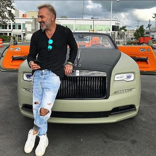 Italský boháč se rád chlubí luxusním majetkem.