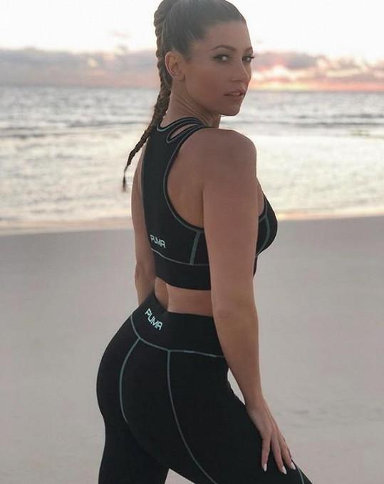 Zpěvačka během dovolené také cvičí a chodí běhat k moři.