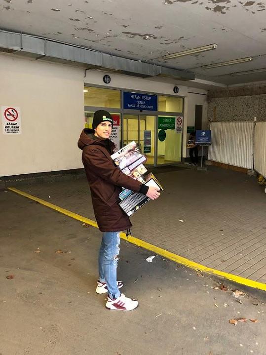 Moderátor donesl dárky dětem v motolské nemocnici.