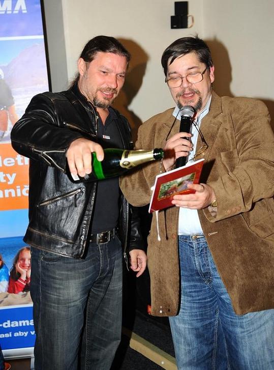 Petr Kolář s Janem Saavedrou křtí knihu Už nesmíš plakat.