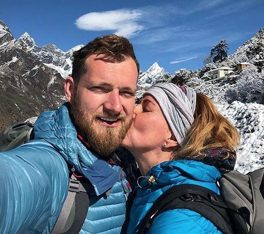 Vendula Pizingerová s manželem Josefem na treku v Nepálu