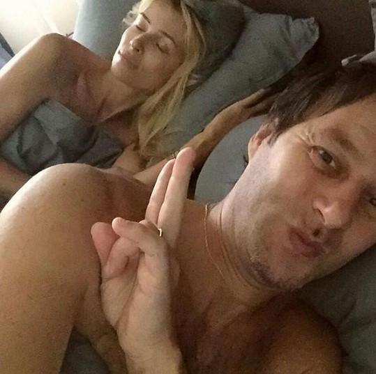 Nový selfie trend? přemítá zpěvák. Pokud ano, máme se nač těšit.