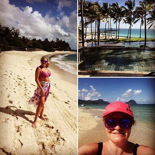 Takhle Regina zdraví své fanoušky z ráje v Indickém oceánu.