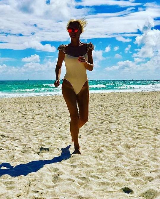 Na pláž chodí i sportovat.