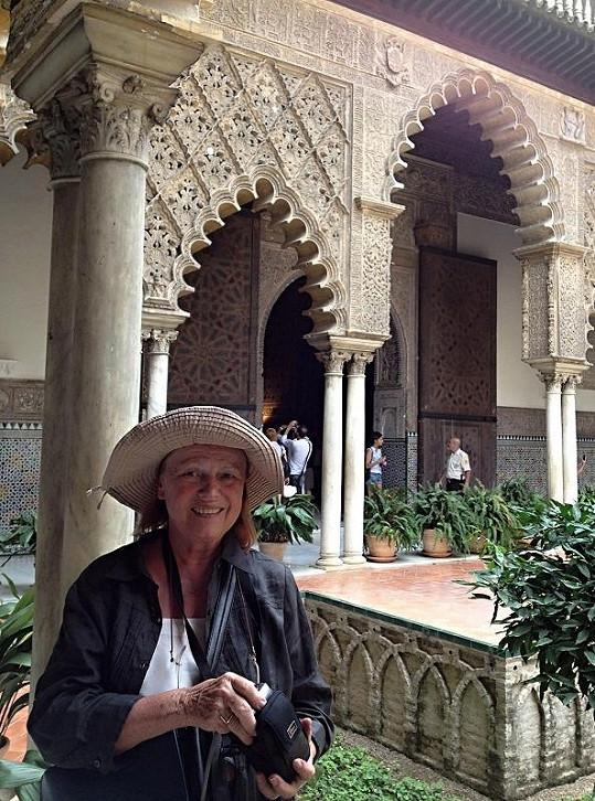 Iva na procházce v sevillském Alcazaru.