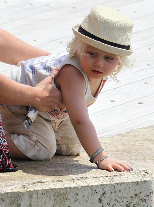 """Nehty na jedné ruce nalakované na černo, na druhé na zeleno. Takhle """"vylepšený"""" je dvouletý syn Gwen Stefani."""