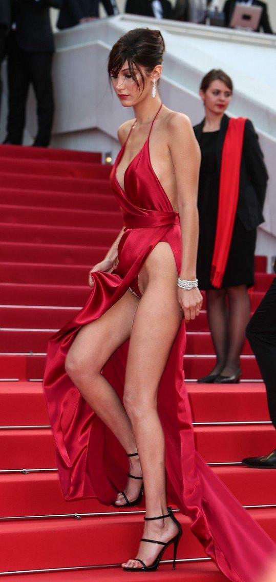 Modelka Bella Hadid se odhaleného rozkroku moc nebála.