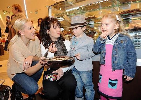 Maminky Tereza Kostková a Tereza Mátlová se svými ratolestmi.