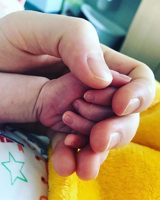 Marie a roztomilá ručička její dcerky.