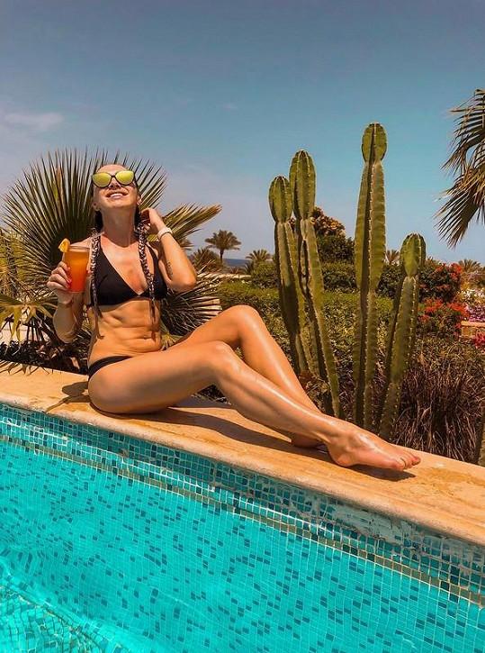 Kamila si užívá slunečních paprsků v Egyptě.
