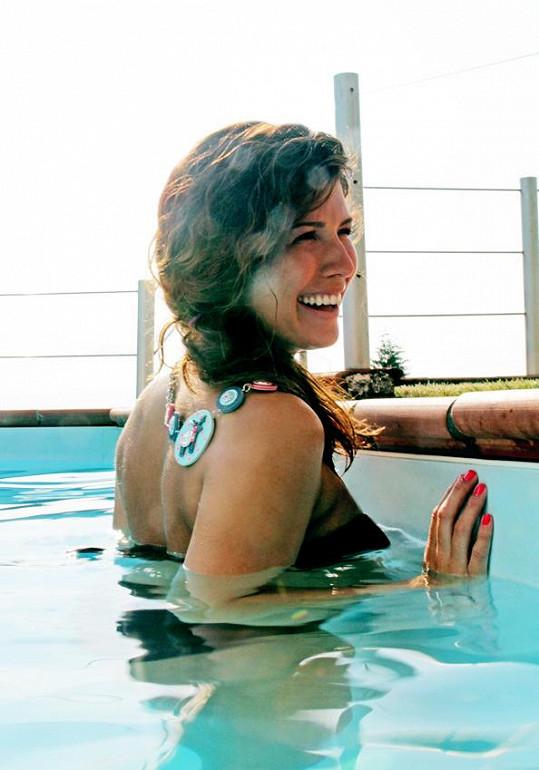Ve vodě těhotná zpěvačka opět pocítila lehkost.