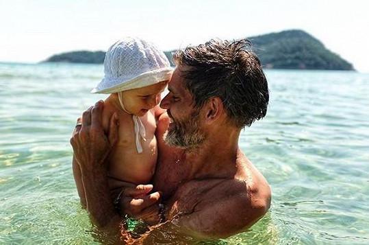 Syn Tobiáš, který za měsíc oslaví první narozeniny, je poprvé u moře.