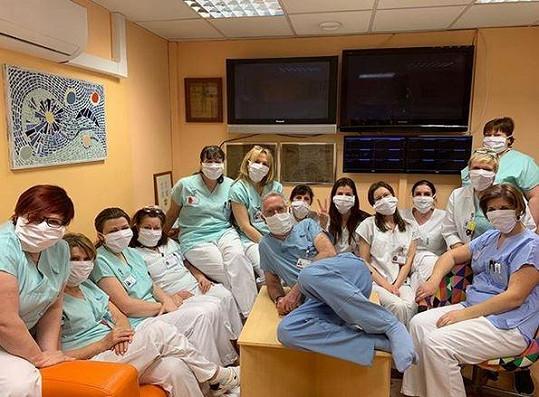 Roušky z dílny Dagmar Havlové využívají zdravotníci z Nemocnice na Homolce v čele s věhlasným kardiochirurgem Petrem Neužilem.