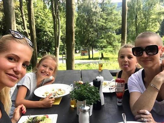 Takhle si Dara s Evou a dcerkami užívaly léta. Na začátku července se ještě vše zdálo v pořádku.