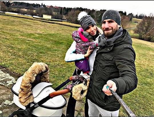 Hanka s manželem Andrém, synem a pejskem na procházce.