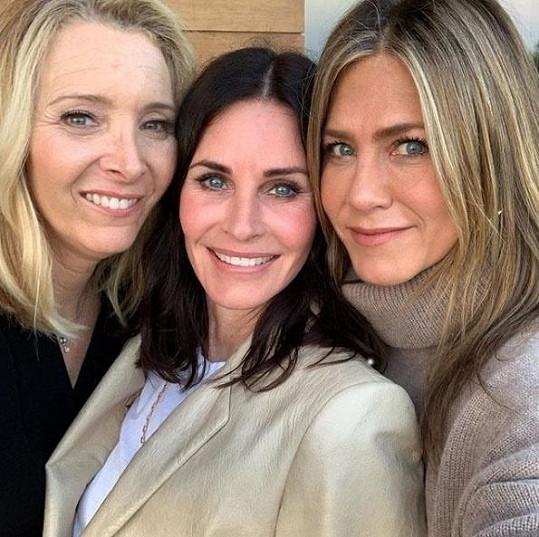Phoebe, Monica a Rachel 25 let od začátku seriálu Přátelé.