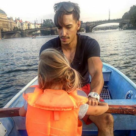 Michal Hrdlička vyrazil s dcerou Lindou a svou přítelkyní Karolínou Plíškovou na lodičku.