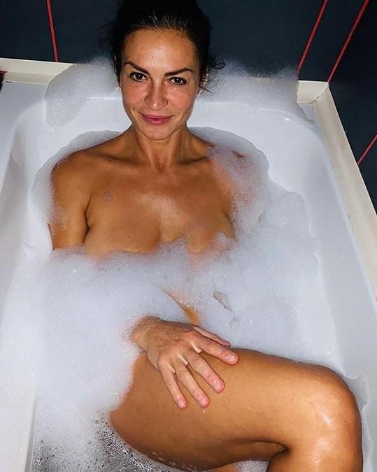 Kynychová se nechala zvěčnit ve vaně.
